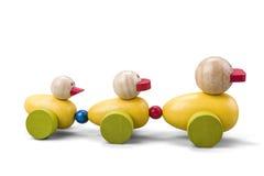 Trem de madeira da família do brinquedo do pato com as peças coloridas isoladas sobre o branco com trajeto de grampeamento Imagem de Stock