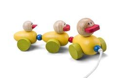Trem de madeira da família do brinquedo do pato com as peças coloridas isoladas sobre w Imagem de Stock Royalty Free