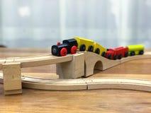 Trem de madeira do brinquedo no trilho de madeira fotos de stock