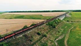 Trem de mercadorias aéreo em uma estrada de ferro longa, vista superior filme