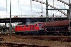 Trem de mercadorias carregado com o lignite foto de stock royalty free