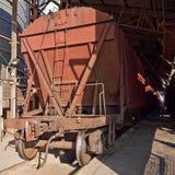 Trem de mercadorias com carros do funil Fotografia de Stock Royalty Free