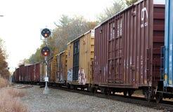 Trem de mercadorias, luzes amarelas Fotos de Stock Royalty Free