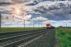 Trem de mercadorias na estação de trem fotos de stock royalty free