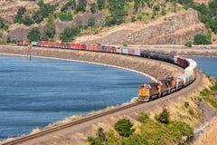 Trem de mercadorias no desfiladeiro de Colômbia foto de stock