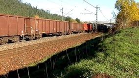Trem de mercadorias no transporte terrestre dos bens vídeos de arquivo