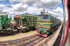 Trem de mercadorias que está em uma estação de trem no dia de verão Foto de Stock Royalty Free