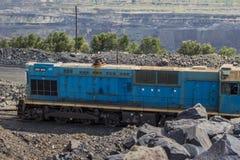 Trem de mercadorias que está em uma pedreira do ferro Imagens de Stock Royalty Free