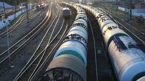 Trem de mercadorias que passa perto vídeos de arquivo