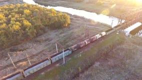 Trem de mercadorias que transporta opiniões da carga com céu do trem de mercadorias vídeos de arquivo