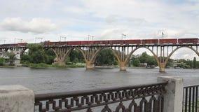 Trem de mercadorias que vai sobre a ponte video estoque