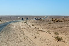 Trem de movimentação do veículo 4x4 uma trilha empoeirada do deserto em Tunisa Imagem de Stock Royalty Free