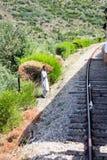Trem de observação do homem para viajar vindo de Peshawar e do ele felizes em S Imagens de Stock