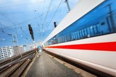Trem de passageiros de alta velocidade moderno na trilha de estrada de ferro no movimento fotografia de stock royalty free