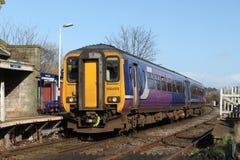 Trem de passageiros de Dmu na estação de trem desencapada da pista Fotografia de Stock Royalty Free