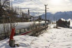 Trem de passageiros e montanhas durante o inverno Imagens de Stock