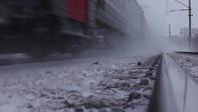 Trem de passageiros movente no inverno filme