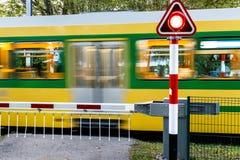 Trem de passageiros que apressa-se através de uma passagem de nível Imagem de Stock
