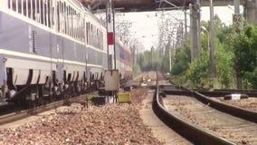 Trem de passageiros que chega no dia de verão quente filme