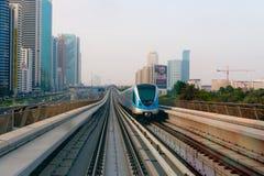 Trem de passageiros que cruza ao longo de Dubai ultra-moderno, alto-tecnologia Imagem de Stock Royalty Free