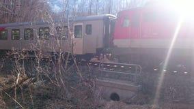 Trem de passageiros que passa perto na alta velocidade Sistema de transporte da estrada de ferro video estoque