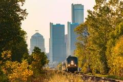 Trem de passageiros que sae da cidade no verão Imagem de Stock