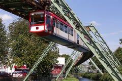 Trem de Schwebebahn em wuppertal Alemanha imagens de stock royalty free