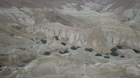 Trem de SUV nas montanhas do deserto que movem-se para a parte superior através das cavernas do anciet foto de stock