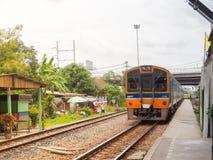 Trem diesel que corre na trilha na estação de trem do krabang do Lat fotografia de stock