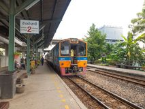 Trem diesel que corre na trilha na estação de trem do krabang do Lat imagem de stock