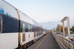 Trem do ônibus de dois andares de DSB no estação de caminhos-de-ferro provisório de Orehoved fotografia de stock royalty free