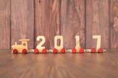 Trem do ano novo 2017 no fundo de madeira Imagens de Stock Royalty Free