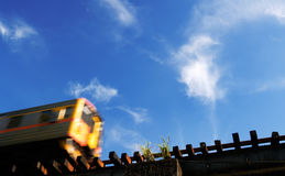 Trem do borrão de movimento no céu azul Fotos de Stock Royalty Free
