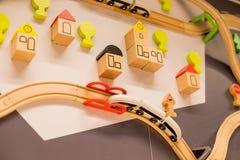 Trem do brinquedo na cidade do tijolo trens de madeira no centro interno do campo de jogos ou do divertimento Jardim de infância  imagem de stock royalty free