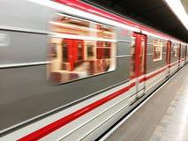 Trem do metro com borrão de movimento imagem de stock