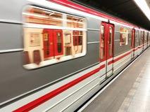 Trem do metro com borrão de movimento imagens de stock