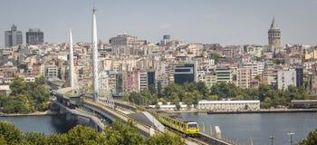 Trem do metro do metro de Istambul que passa da ponte dourada do metro do chifre Foto de Stock