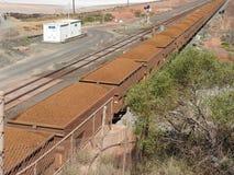 Trem do minério de ferro que viaja ao porto do oceano imagens de stock royalty free