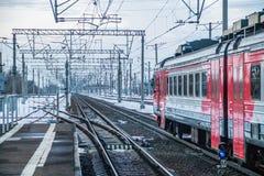 Trem do russo Comboio de passageiros R?ssia Metallostroy 8 de mar?o de 2019 fotos de stock
