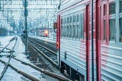 Trem do russo Comboio de passageiros R?ssia Metallostroy 8 de mar?o de 2019 fotografia de stock