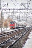 Trem do russo Locomotiva com carros Comboio de passageiros R?ssia Metallostroy 8 de mar?o de 2019 fotografia de stock