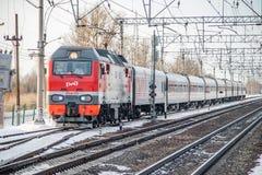 Trem do russo Locomotiva com carros Comboio de passageiros R?ssia Metallostroy 8 de mar?o de 2019 foto de stock