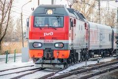 Trem do russo Locomotiva com carros Comboio de passageiros R?ssia Metallostroy 8 de mar?o de 2019 imagens de stock