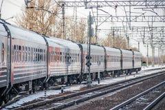 Trem do russo Locomotiva com carros Comboio de passageiros R?ssia Metallostroy 8 de mar?o de 2019 imagens de stock royalty free