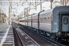 Trem do russo Locomotiva com carros Comboio de passageiros R?ssia Metallostroy 8 de mar?o de 2019 imagem de stock