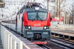 Trem do russo Locomotiva com carros Comboio de passageiros R?ssia Metallostroy 8 de mar?o de 2019 foto de stock royalty free