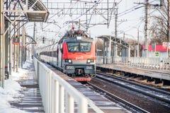 Trem do russo Locomotiva com carros Comboio de passageiros R?ssia Metallostroy 8 de mar?o de 2019 imagem de stock royalty free