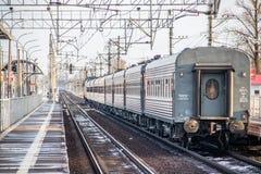 Trem do russo Locomotiva com carros Comboio de passageiros R?ssia Metallostroy 8 de mar?o de 2019 fotos de stock
