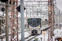 Trem do trilho de Japão na neve, linha de Biwako, Omihachiman, Shiga Fotos de Stock Royalty Free