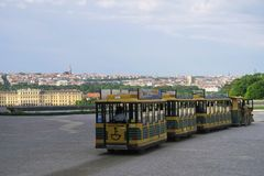 Trem do turista na frente do castelo de Schönbrunn, skyline do bea imagem de stock
